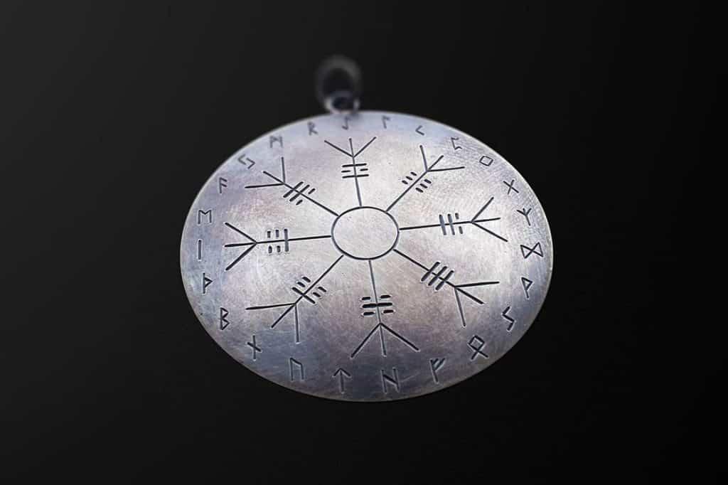 Runesmykke i oksidert sølv