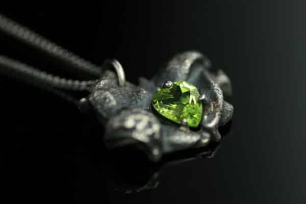 Mystic-anheng i oksidert sølv med en hjerteslipt peridot.