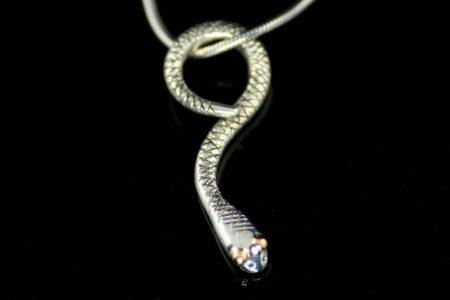 Slange-anheng i oksidert sølv