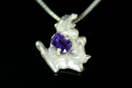 Arctic anheng i sølv med en nydelig smaragdslipt ametyst.