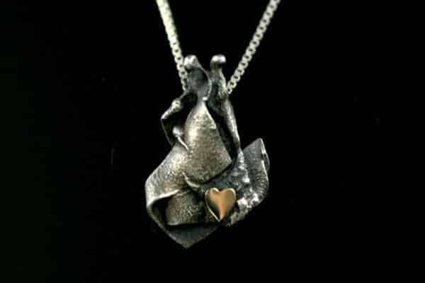 Mystic-anheng i oksidert sølv, med et hjerte av ekte gull.