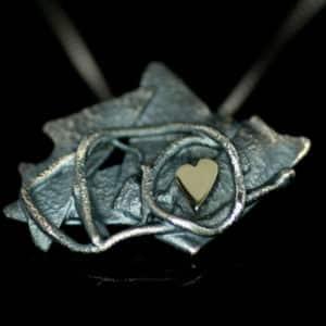 Mystic-anheng i oksidert sølv med gullhjerte