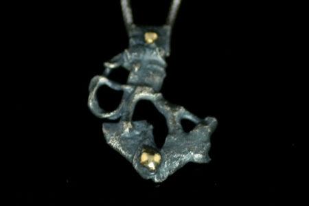 Mystic-anheng i oksidert sølv med to kuler av ekte gull
