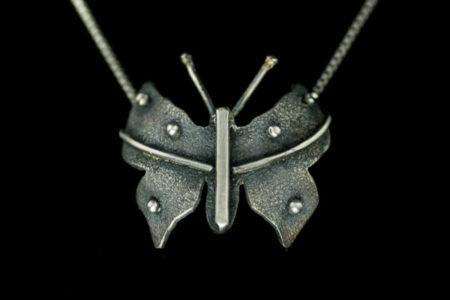 Forever sommerfugl-anheng i oksidert sølv.